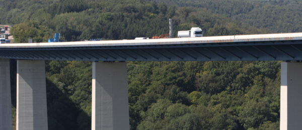 Autobahnbrücke: Sanierung von Brückenpfeilern
