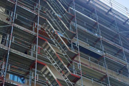 Gerüstbau für Fassaden- und Dachsanierung eines Wohnblocks